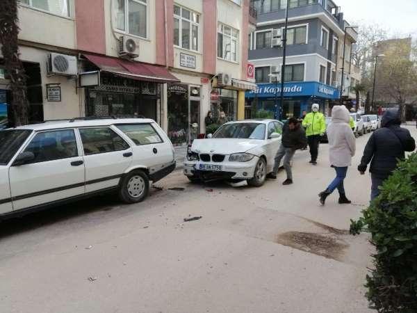 Ambulansa yol vermek isterken kaza yaptı