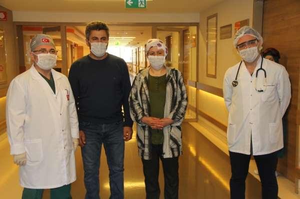 Korona virüsünü yenen çift hastaneden alkışlarla uğurlandı
