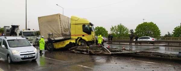 Kaza yapan tır Karadeniz sahil yolunu trafiğe kapattı