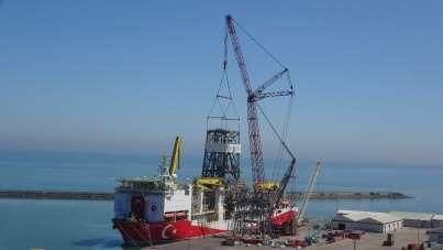 Boğazdan Karadeniz'e geçişi öncesi kuleleri sökülmüştü, Trabzon'da yerine monte