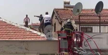 Çatıda intihar girişimindeki şahsı, komiser engelledi
