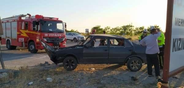 Denizli'de 2 otomobilin çarpıştığı kazada 3 kişi yaralandı