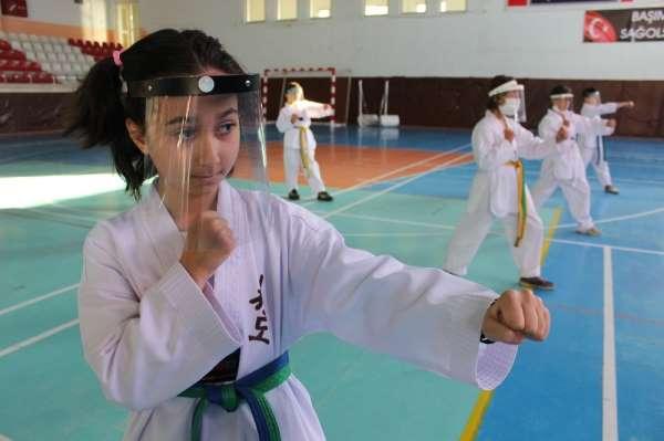(Özel haber) Taekwondocular maskesi takarak antrenmanlarına başladı