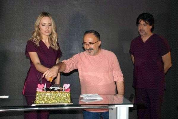 Şebnem Schaefera çekim sırasında sürpriz doğum günü
