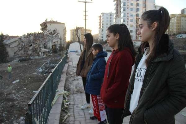 Depremin evsiz bıraktığı sporcu kardeşler, yeni madalyalar için antrenmanı bırak
