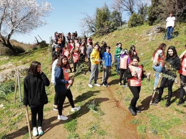 Doğa sevdalısı öğrenciler şehit ve gaziler için fidan dikti