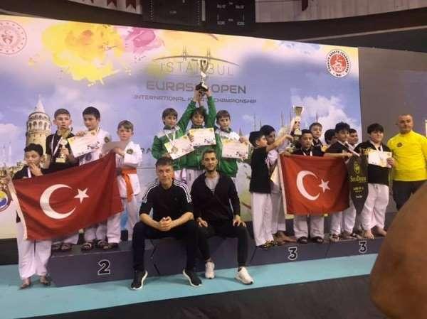 Mustafakemalpaşa Belediyesporlu karateciler madalyaları topladı