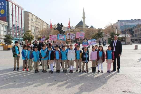 Şehit Ömer Halis Demir, ilkokulu öğrencileri kadın esnafa karanfil dağıttı