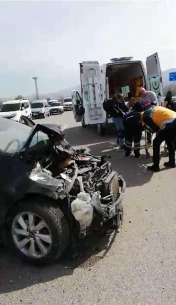 Tokat'ta kavşakta otomobille kamyonet çarpıştı: 3 yaralı