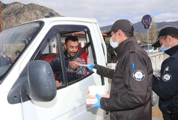 Amasya'da halka koruyucu maske dağıtıldı