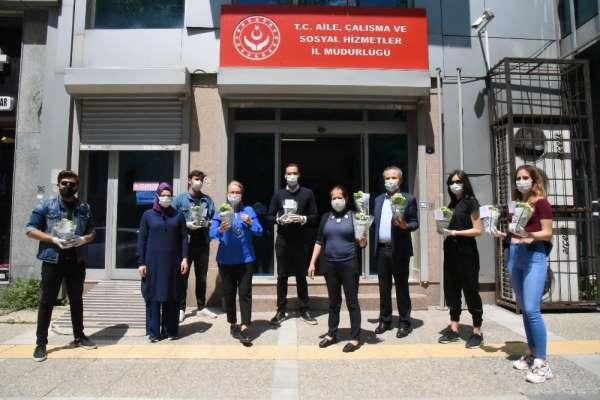 İzmir Ekonomili gençler, Anneler Günü'nde yaşlıları unutmadı