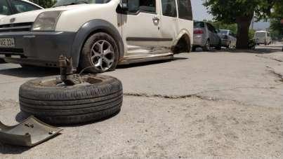 (Özel) Kazaya yapan aracın kopan tekerliği mağaza camından içeri girdi