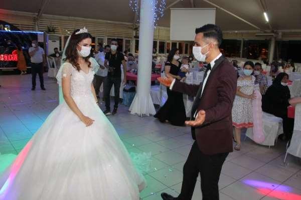 Düğün salonlarında koronavirüs denetimi: Gelin ile damat sosyal mesafeli dans et