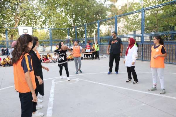 Öğrenciler ve veliler basketbol maçında karşı karşıya geldi
