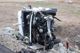 Aksaray'da servis minibüsü ile otomobilin çarpışması sonucu meydana gelen kazada