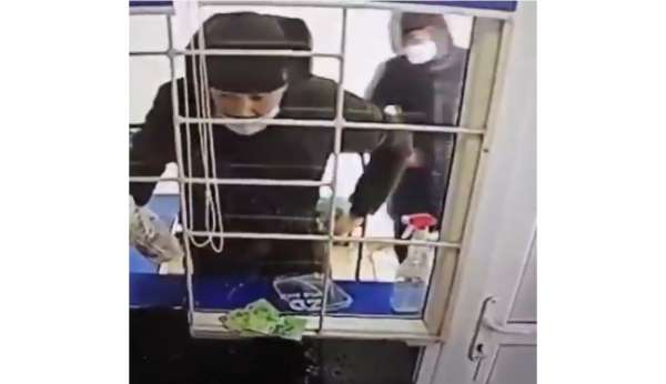 Kazakistanda hırsızlar mikrokredi ofisini benzin dökerek soydu