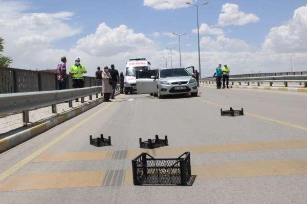 Karaman'da yola düşen plastik kasalar kazaya yol açtı