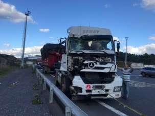 (Özel) Kuzey Marmara otoyolunda feci kaza: Tır ile kamyon çarpıştı, 1 kişi ağır