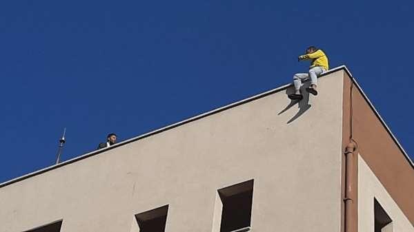 İntihara kalkışan genci polis ikna ederek çatıdan indirdi
