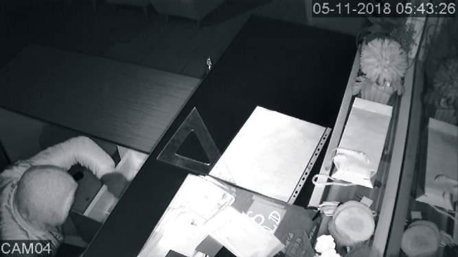 Eldiveni çıkaran hırsız dövmesinden yakalandı