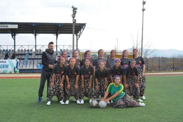 Çanakkale'de kızların renkli futbol maçı