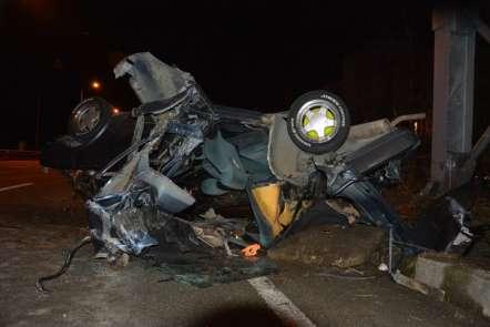 Kaza sonrası parçalanan araçtan sağ çıktılar