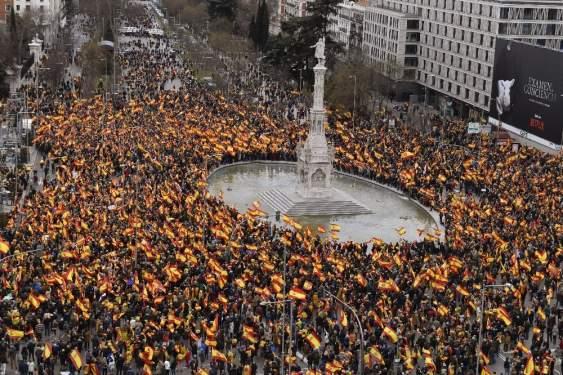 Madrid'de binlerce kişi hükümetin Katalonya politikasını protesto etti