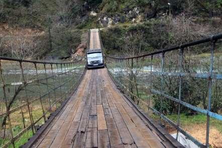 Harşit Çayının ikiye ayırdığı köyleri asma köprüler birleştiriyor