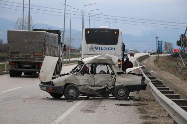 Amasyada yolcu otobüsüyle çarpışan otomobil hurdaya döndü: 1 ölü