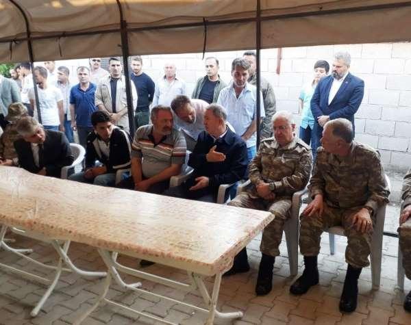 Bakan Akar şehit evini ziyaret etti