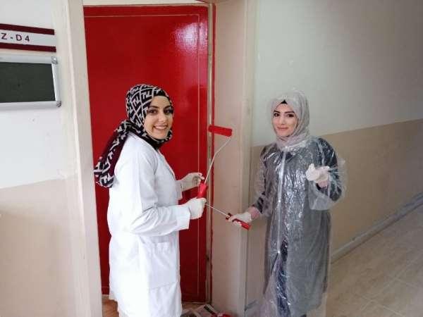 Samsun MYO öğrencileri kitap bağışlayıp kapıları boyadı