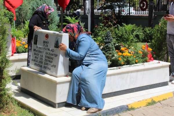Şehit yakınları ve vatandaşlar arefe günü mezarlıklara akın etti