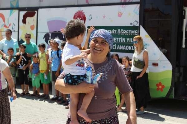 Şehit öğretmen anısına yapılan gezici okuldaki çocuklara oyuncak ve dondurma sür