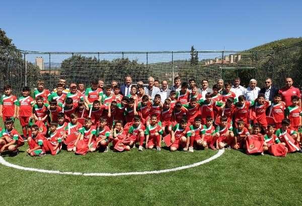 Orhaneli Belediyesi'nden yaz spor okulu öğrencilerine forma