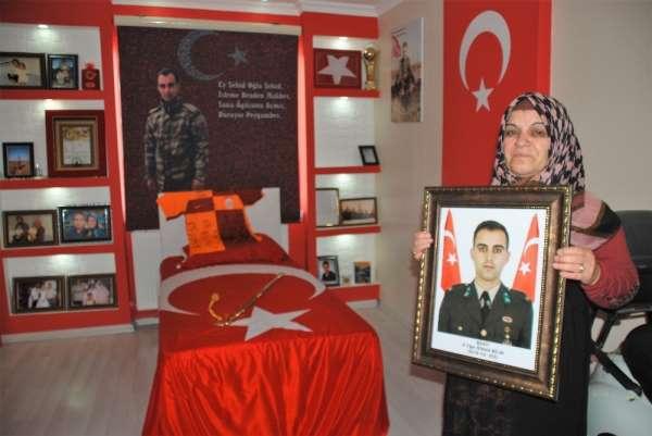Şehit teğmenin anısı Türk bayrakları ile süslenen odasında yaşatılıyor