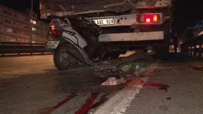 Avcılar'da feci kaza...Motosiklet tıra arkadan çarptı:1 ölü 1 yaralı