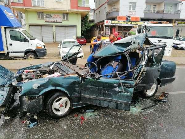 Otomobil ışıkta bekleyen araçlara çarptı: 1 yaralı