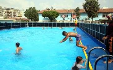Akdeniz Belediyesi, okul bahçelerine portatif yüzme havuzları kurdu