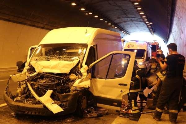 1 kişinin yaralandığı kaza TEM'i kilitledi