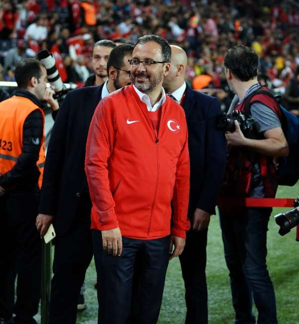 Bakan Kasapoğlu milli maçta