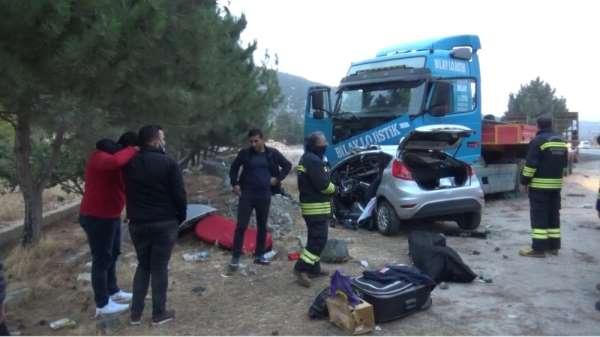 Kaza yapanlara yardım için duran gençler hayatının şokunu yaşadı