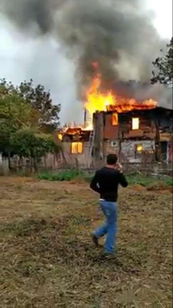 Sinop'ta 2 katlı ahşap ev alevlere teslim oldu