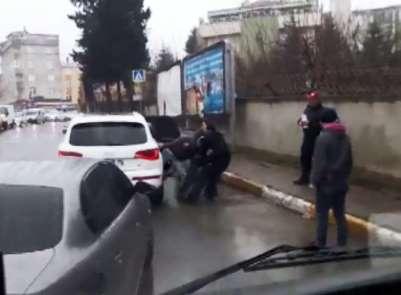 (Özel Haber)Sancaktepe'de trafikte magandaların şahsı tekme tokat dövme anları