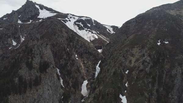 Kayıp gazetecinin uçurumdan yuvarlandığı bölge havadan görüntülendi