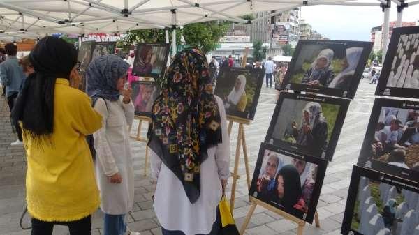Srebrenitsa şehitlerinin tek tek isimlerinin yazıldığı karanfiller duygulandırdı