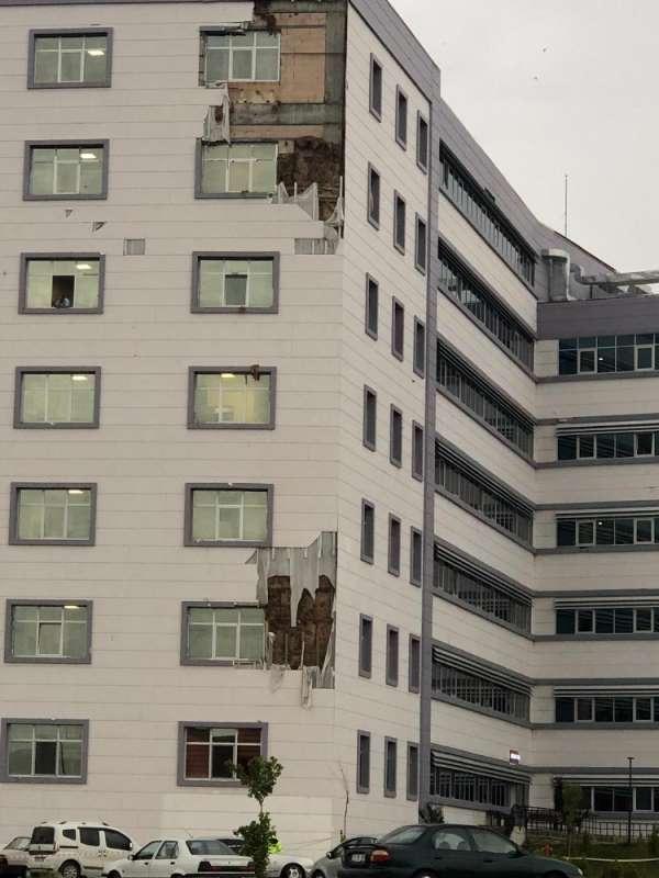 Çorum'da şiddetli fırtına hastaneye zarar verdi