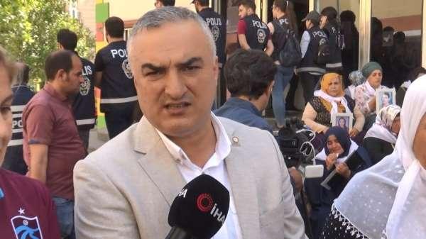 Trabzon Şehit Aileleri Derneği HDP önünde Türk bayrağı açtı