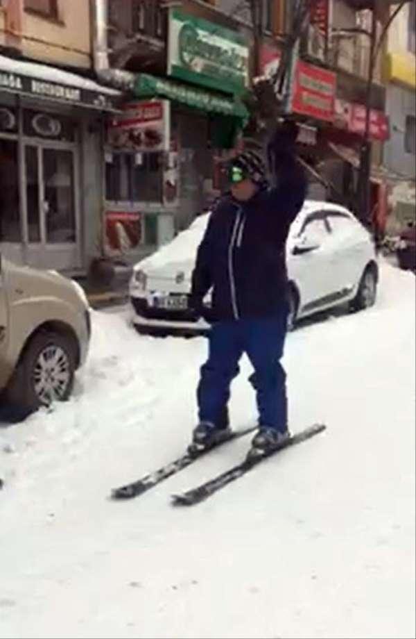 Karla kaplı yolda kayak keyfi