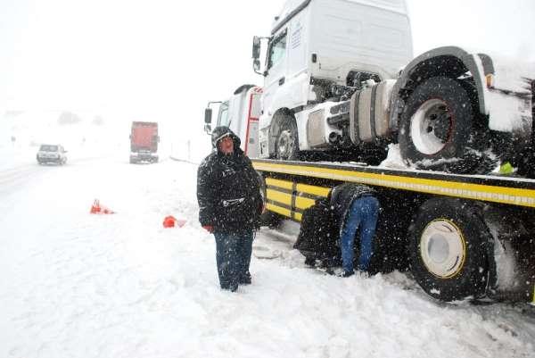 Tokat'ta yoğun kar yağışı ulaşımda aksamalara neden oldu