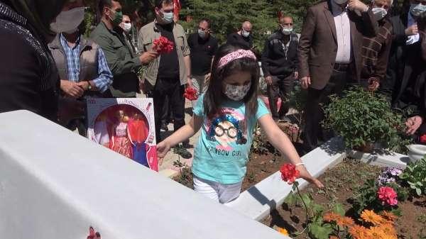 6 yaşındaki Eslemden şehit babasına karanfil: Bu çiçekleri senin için diktim